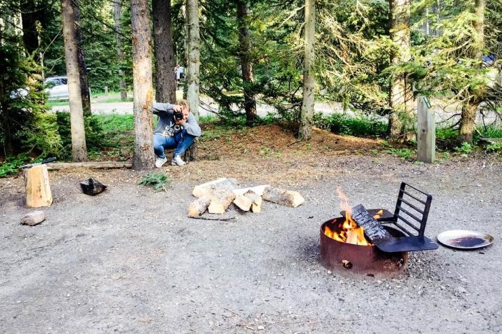 Lagerfeuer auf dem Campingplatz in Lake Louise