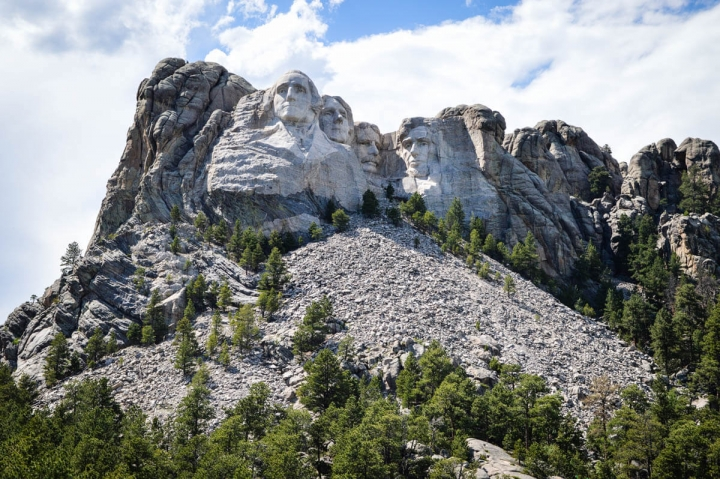 Mount Rushmore National Memorial mit den in Stein gehauenen Gesichtern der Präsidenten Lincoln Jefferson Roosevelt und Washington
