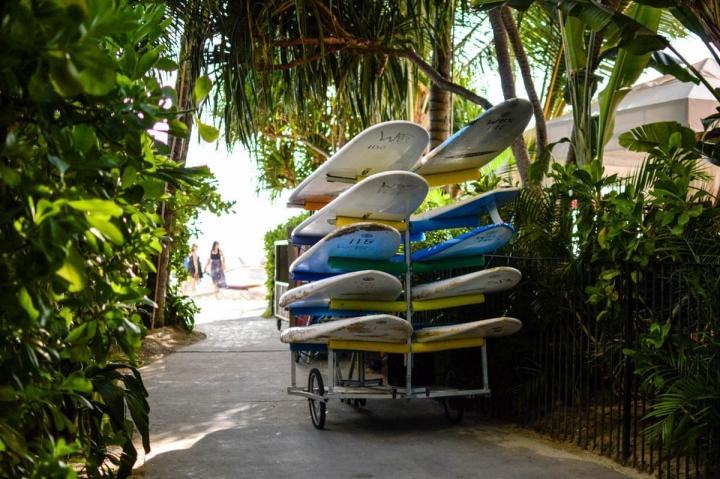 Surfbretter am Strand von Waikiki Beach