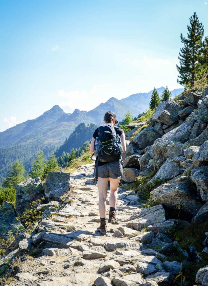 Unterwegs auf dem Zirbenweg dem höchstgelegenen Panoramaweg der Alpen in Hall-Wattens