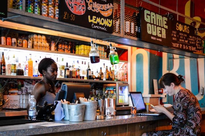 Zwei junge Studentinnen arbeiten in einer Bar im Brixton Market in London
