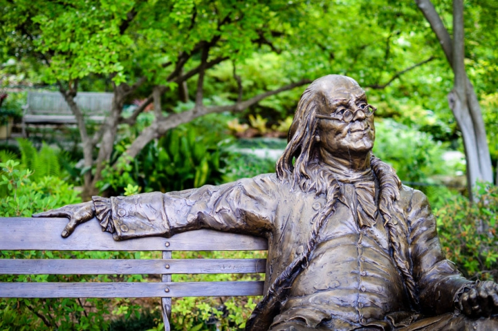 Dallas Texas Miniguide Sightseeing Dallas Arboretum Bronzestatue Benjamin Franklin