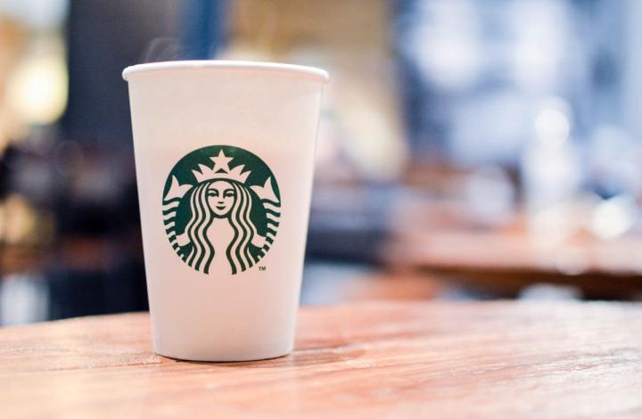 Seattle-Guide Starbucks-Becher auf einem Holztische