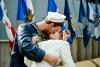 Hawaii Inselhopping Oahu: Statue von küssendem Soldaten mit Freundin vor der USS Missouri in Pearl Harbor