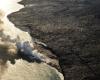 Inselhopping-Guide Hawaii Welche Insel ist die richtige für dich Big Island Lava tritt ins Meer und verursacht eine meterhohe Dampfsäule