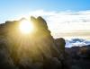 Inselhopping-Guide Hawaii Welche Insel ist die richtige für dich Maui Sonne scheint durch einen Fels