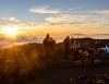 Inselhopping-Guide Hawaii Welche Insel ist die richtige für dich Maui Sonnenaufgang über den Wolken Zuschauer