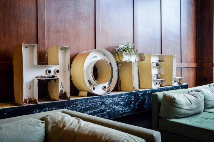 Portland Oregon Tipps Übernachten Ace Hotel Lobby mit Schriftzug Hotel