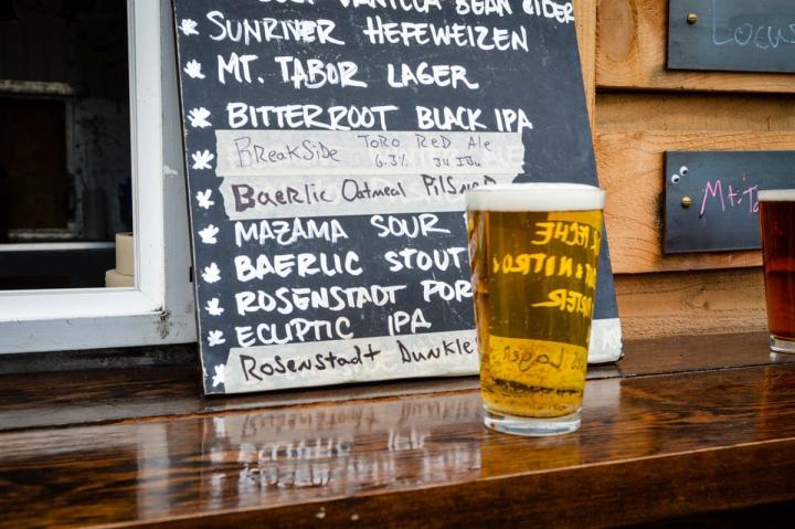 Portland Oregon Tipps Bier im Tidbit Food Cart-Hof