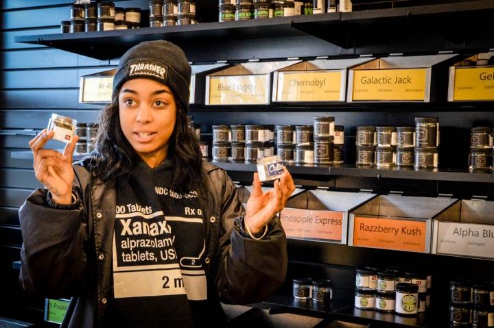 Portland Oregon Tipps Verkäuferin im Weed Shop Nectaur auf der Mississippi Avenue