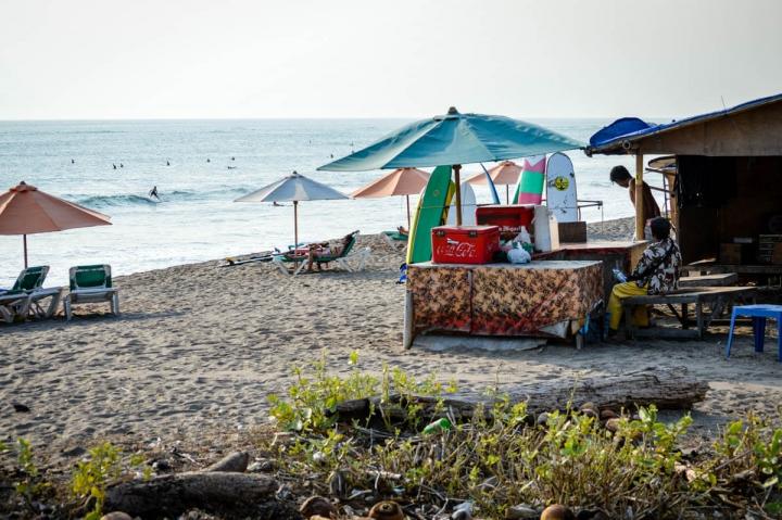 Sonnenschirme am Strand in Seminyak Bali