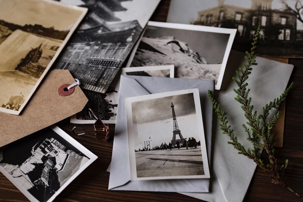 Urlaubsfotos auf einem Schreibtisch. Foto: Joanna Kosinska via Unsplash