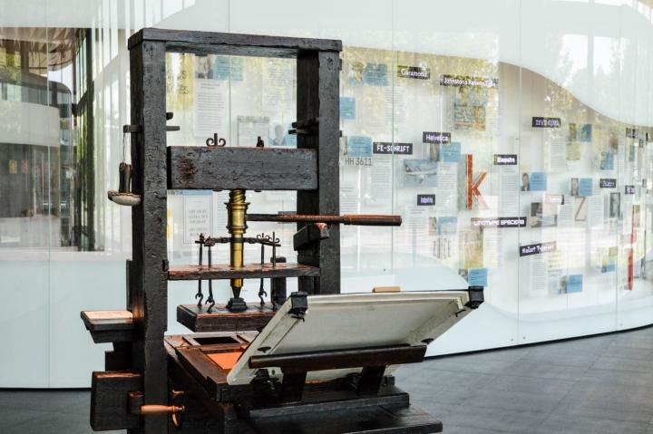 Eine Druckerpresse in der Dauerausstellung des Deutschen buch- und Schriftmuseums.