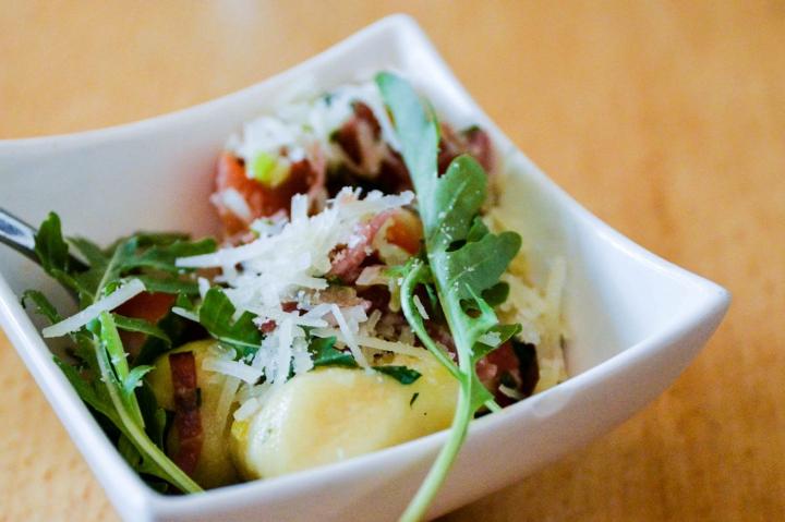 Bei der Foodtour dürfen die Gäste überall Kleinigkeiten probieren - so wie hier hausgemachte Gnocchi mit Speck