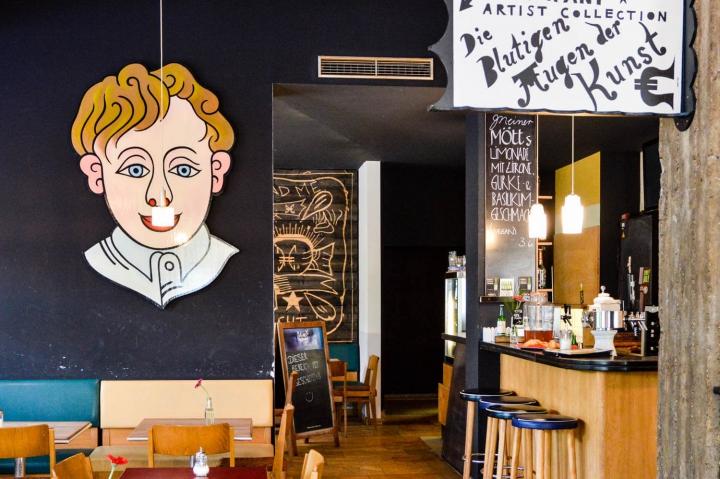 Im Café Cantona gibt es internationale Kleinigkeiten und Hauptgerichte, Fußballübertragungen und Retro-Chic.