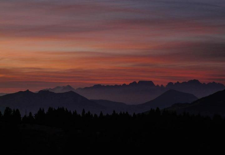 Trentino im Herbst Wandern im Bärental Valle Orsara nach Sonnenuntergang am Berg