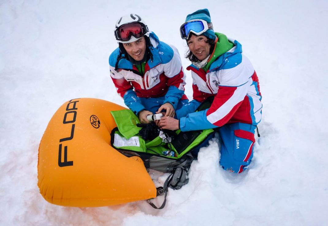 Freeriden für Frauen in Ischgl Skilehrer Hannes und Michael mit Luftkissen aus dem ABS-Rucksack Lawinenschutz