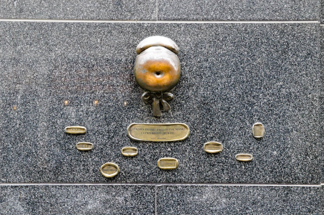 Vilnius-tipps Lucky Belly an der Fassade des Novotel