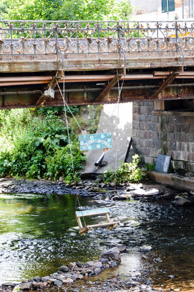 Vilnius-tipps Schaukel des Schicksals über dem Fluss Vilnia