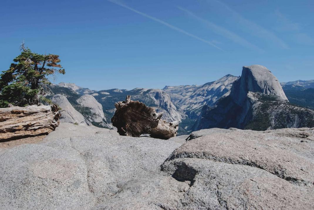 Blick auf den Half Dome und Felsen vom Glacier Point im Yosemite Nationalpark Kalifornien