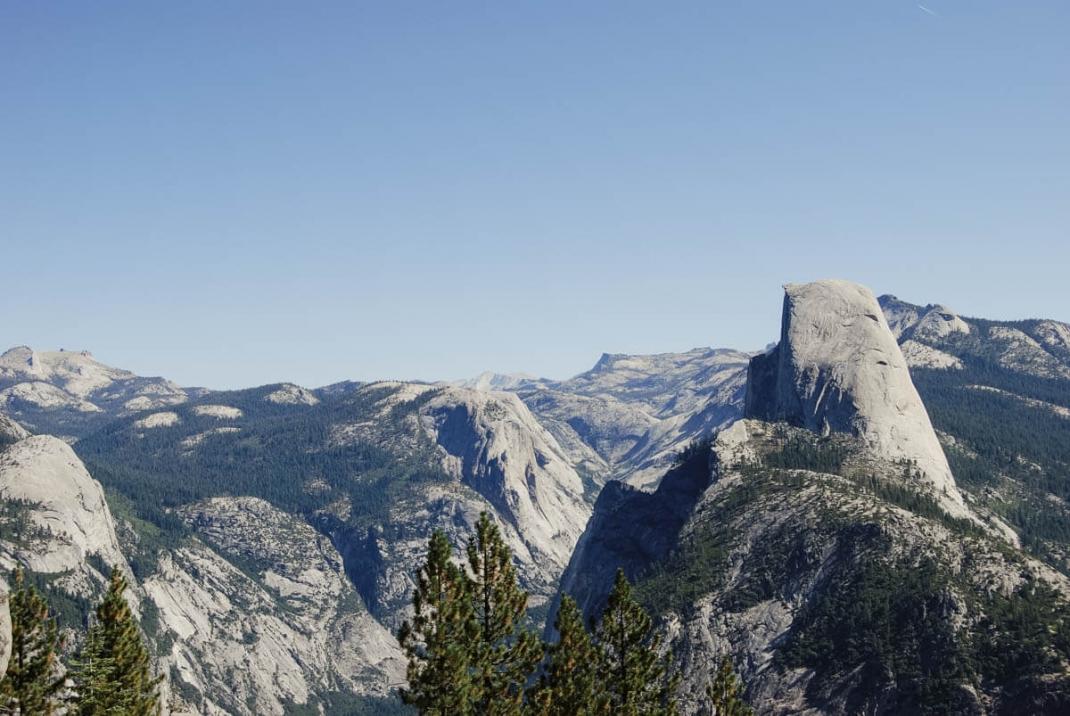 Blick auf den Half Dome vom Glacier Point im Yosemite Nationalpark Kalifornien mit Kind