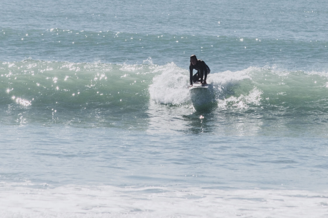 Raus aus der Stadt rein ins Wasser Anna auf dem Surfbrett