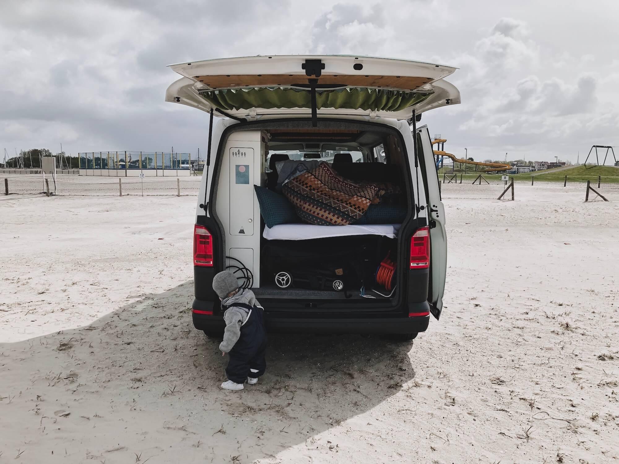 Camping an der Nordsee Bensersiel Van von hinten
