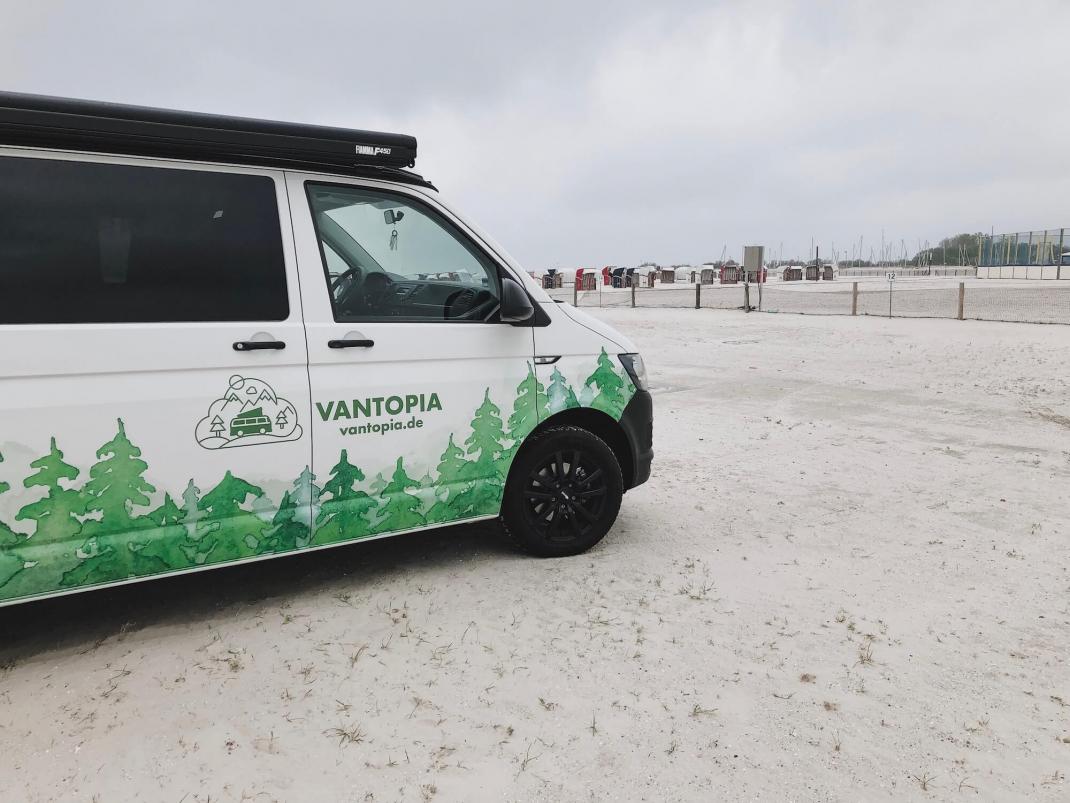 Vanlife im Camper von Vantopia Roadtrip Dreamer VW T6 mit Dach