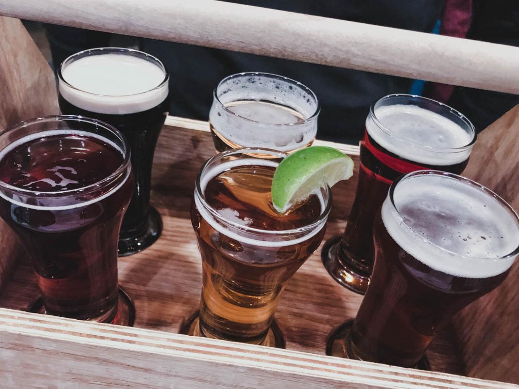Das kostet der Skiurlaub in Kanada Bier in der Jasper Brewing Company