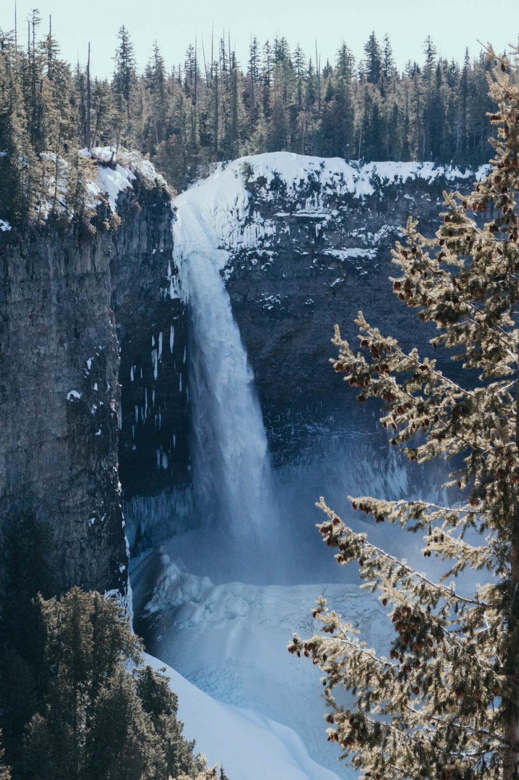 Das kostet der Skiurlaub in Kanada Ein zugefrorener Wasserfall im Wells Gray Provincial Park