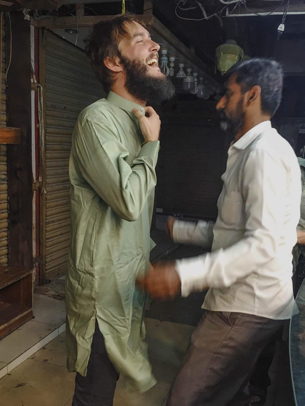 Clemens im Shalwar Kamiz, der traditionellen Kleidung der Pakistaner.