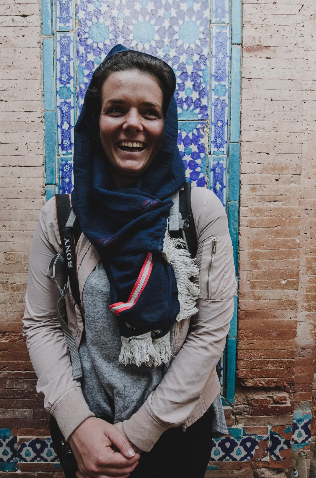 Anne Steinbach beim Backpacking in Pakistan: Mit Kopftuch