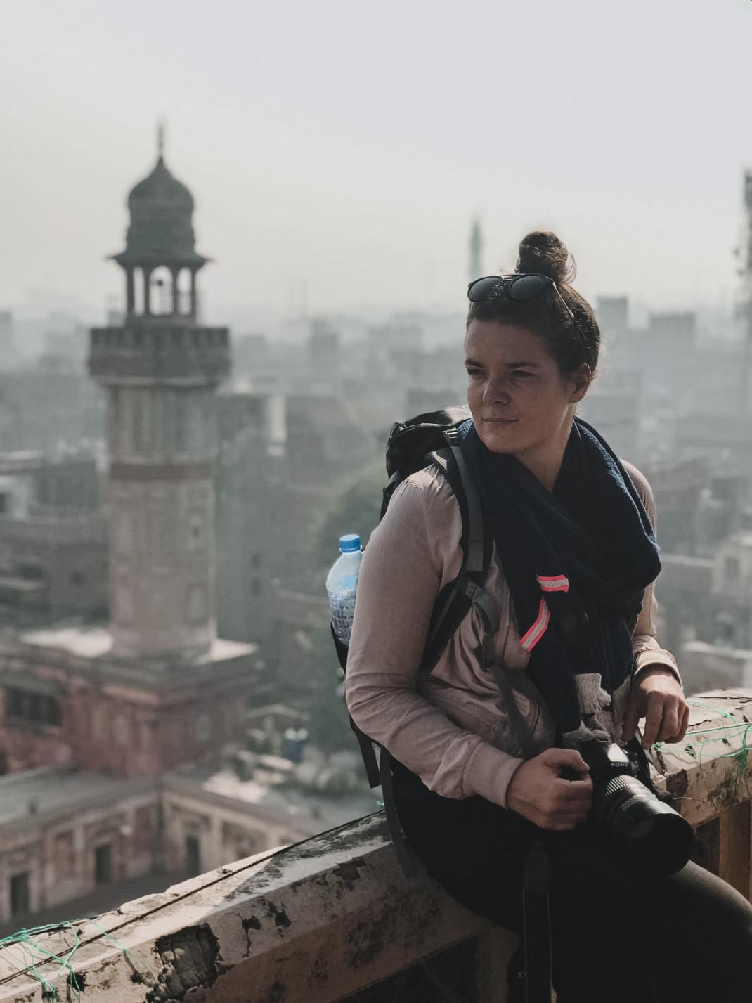 Anne genießt die Aussicht von der Wazir-Khan-Moschee in Lahore Pakistan