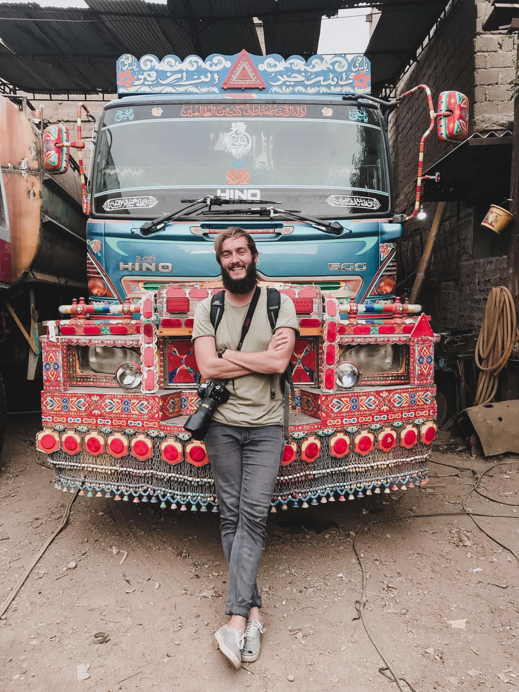 Pakistanische Trucks sind meist sehr bunt und detailreich verziert.