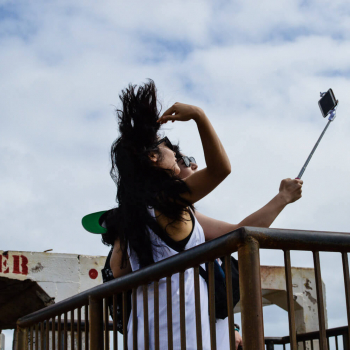 Touristinnen fotografieren sich mit einem Selfie-Stick
